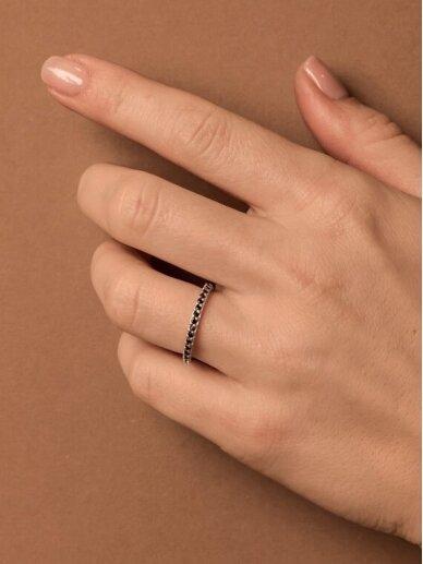 Adele Dagyte žiedas juodais špineliais