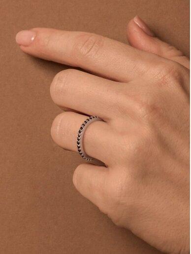 Adele Dagyte žiedas juodais špineliais  3