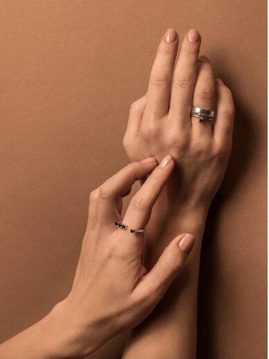 Adele Dagyte žiedas juodais špineliais 2