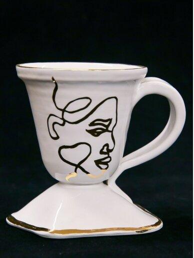 ArtTyzenHauz baltas su veidu puodelis kavai